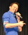 Timo Marc lacht auf der Bühne